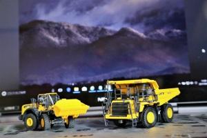 HD325ダンプトラックとWA380ホイールローダー